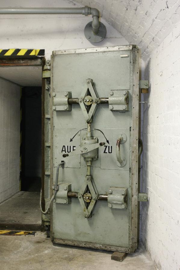 atombombensichere Drucktür,  drei Tonnen schwer